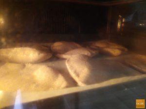 Pan de pita integral en el horno