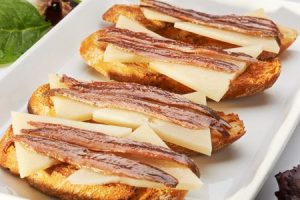 spanish cheeses for tapas, cheese tapas, tapas recipes, spanish food, tapas con queso, queso con anchoas